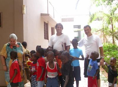 Brasileiros ajudando crianças