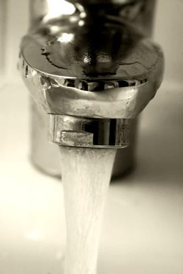 Torneira e água corrente