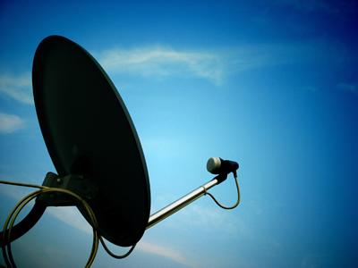Antena parabólica e céu azul