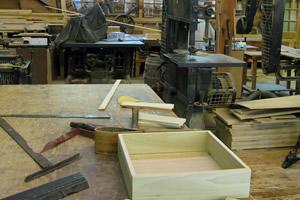 Equipamentos, máquinas, madeiras, ferramentas em carpintaria