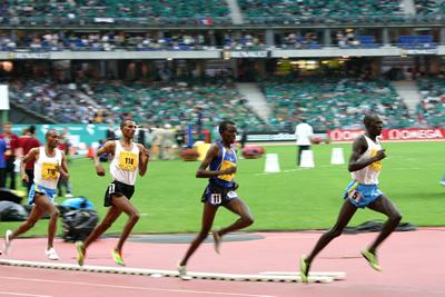 Corredores em pista de atletismo