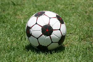 Bola de futebol sobre a grama