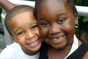Duas crianças negras sorridentes