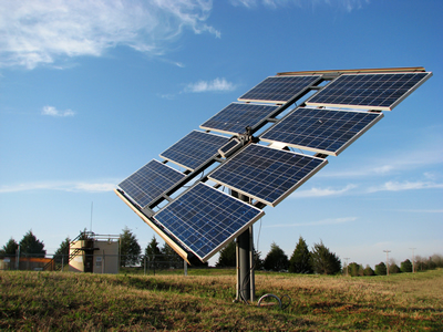 Painel de energia solar e céu azul